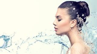 Frau in Wasserspritzer