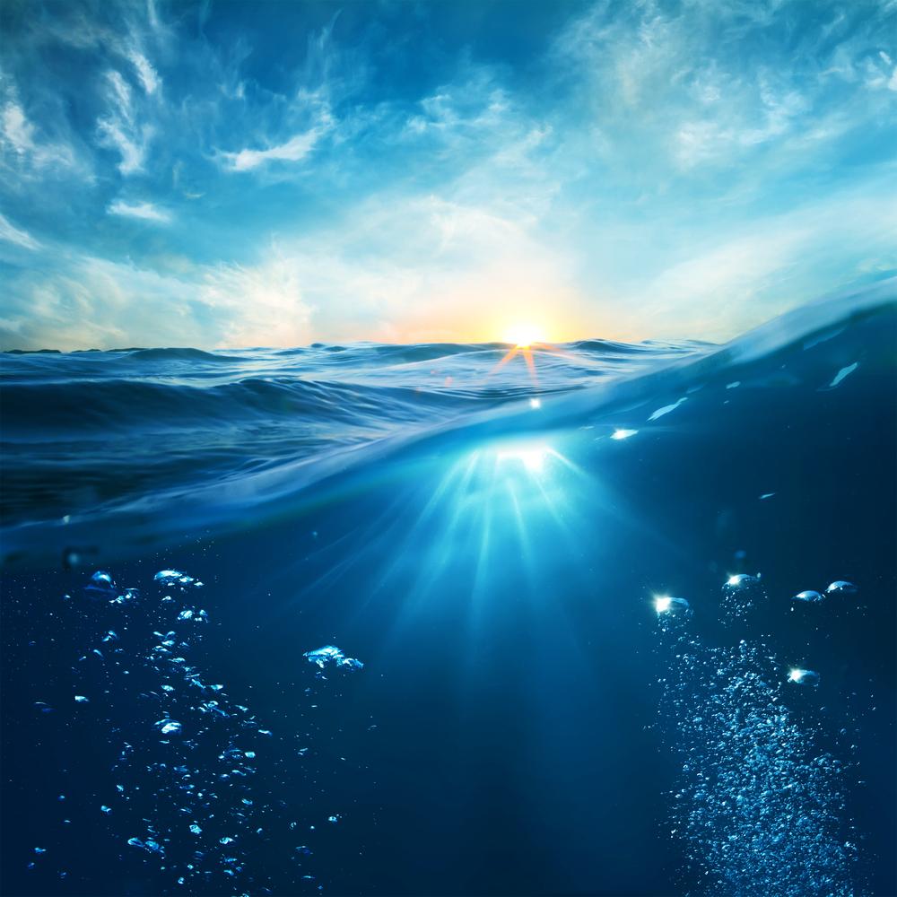 Unterwasseransicht von sauberem Wasser dank Wasserchemie